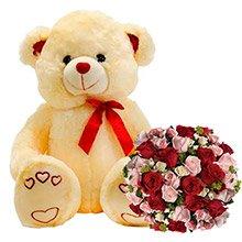 Urso romântico e buquê de rosas