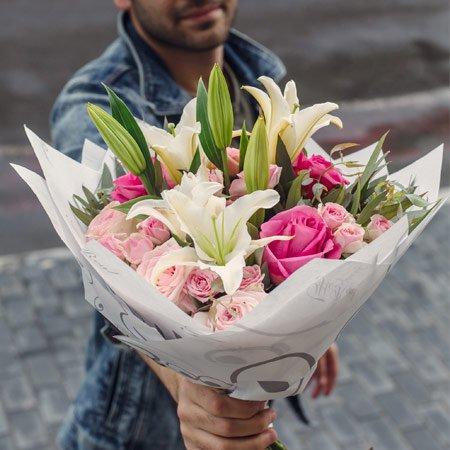 Buquê com mix de flores cor de rosa