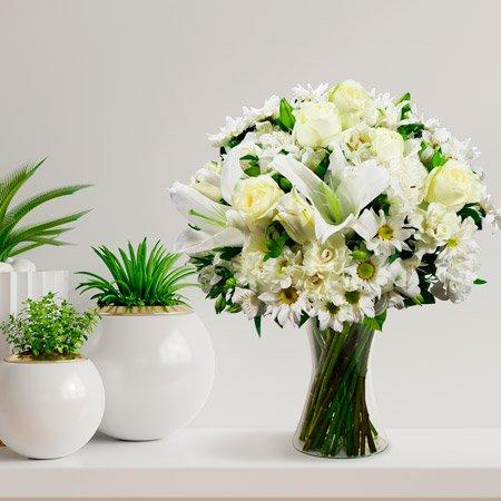 Arranjo de flores brancas sobre a mesa