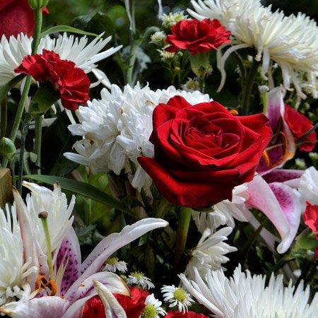 Coroa de flores com rosas vermelhas