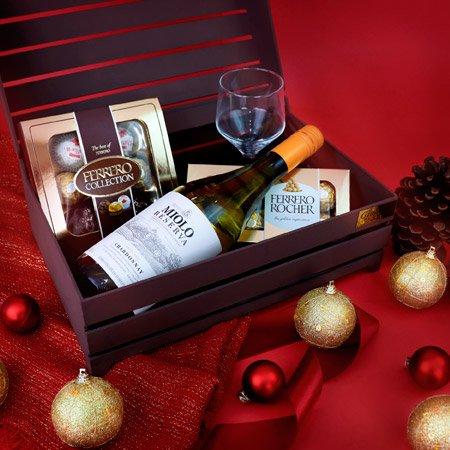 Kit com vinho branco e chocolates