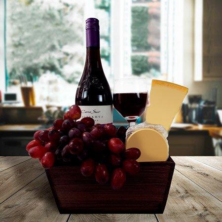 Cesta com vinho e queijo