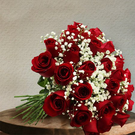 Buquê de rosas vermelhas na mesa