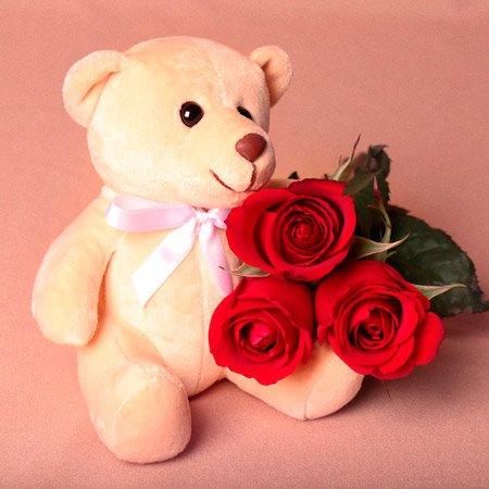 urso de pelúcia com flores vermelhas