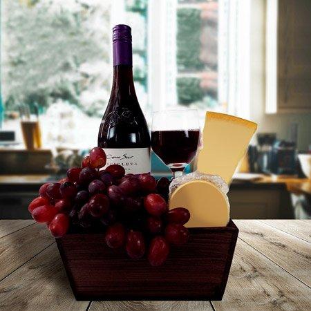 Cesta com queijos e vinho